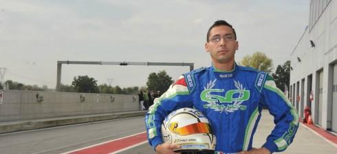 Emanuele Pinzone vive a Torino, durante la settimana gestisce un officina meccanica con il padre, e nei week end si trasforma da meccanico a pilota, correndo su vetture del campionato...