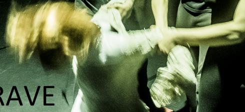 """""""Crave"""" – in italiano tradotto di colta in volta come """"Febbre"""" o """"Fame"""" – di Sarah Kane (autrice britannica prematuramente scomparsa nel 1999), in scena nella storica Sala Assoli, il […]"""