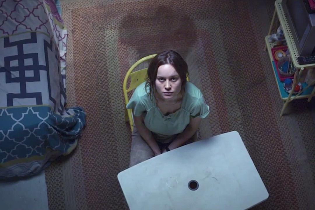 """Dopo l'eccezionale """"Lo chiamavano Jeeg Robot"""" di Gabriele Mainetti (recensione QUI), subito un altro bellissimo film: """"Room"""" di Lenny Abrahamson. Joy (Brie Larson) è una ragazza che vive con il […]"""
