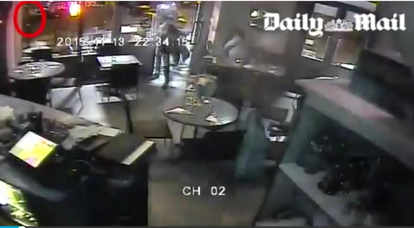 Il Daily Mail ha pubblicato in esclusiva il video dell'attacco al bistrot di venerdì sera a Parigi. L'uomo che spara contro il locale parigino a colpi di kalashnikov […]