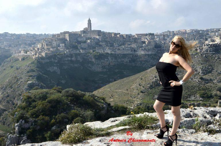 """Ciao a tutti, sono Sara Tataranni e vivo nella città di Matera. In tanti mi definiscono"""" figlia del mondo """" perché amo molto viaggiare e fare nuove esperienze . Sin […]"""