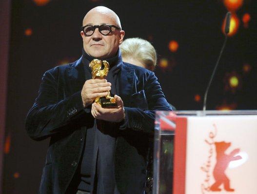 Fuocoammare, il docufilm di Gianfranco Rosi dopo Il sacro GRA – già premiato a Venezia – si aggiudica l'Orso d'Oro al Festvial di Berlino. Si commuove Rosi e chiama sul […]