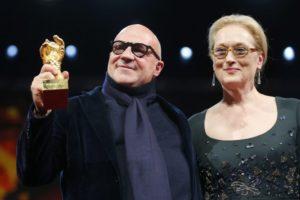 Gianfranco Rosi premiato con l'Orso d'Oro da Meryl Streep