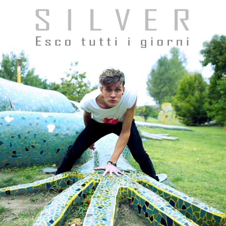 """""""Esco tutti i giorni"""" è il nuovo singolo di Silver che annuncia l'album in uscita ad aprile 2016. Scritto da Silver, con la collaborazione di Paolo Battaglino (Se mi […]"""