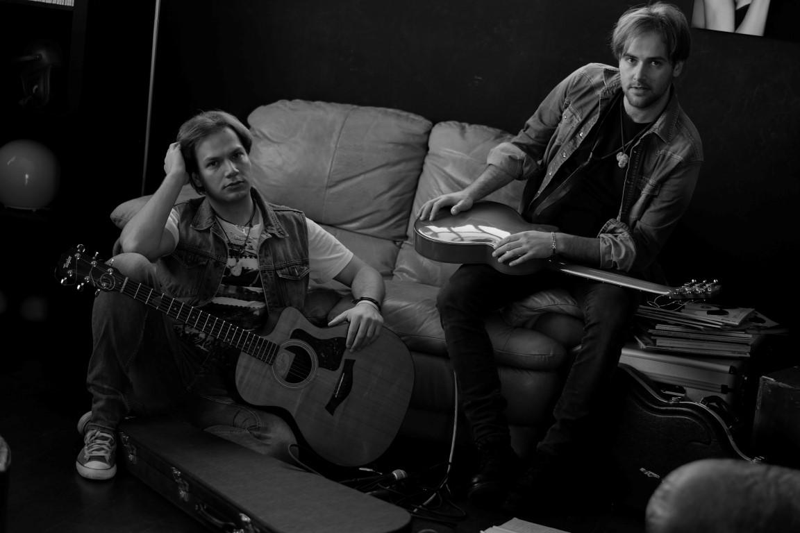 I Blonde Brothers nascono artisticamente dalla una fusione musicale di due fratelli Luca e Francesco Baù. Iniziano a scrivere canzoni in Italiano e Inglese sin dall'età di tredici anni, avvalendosi […]