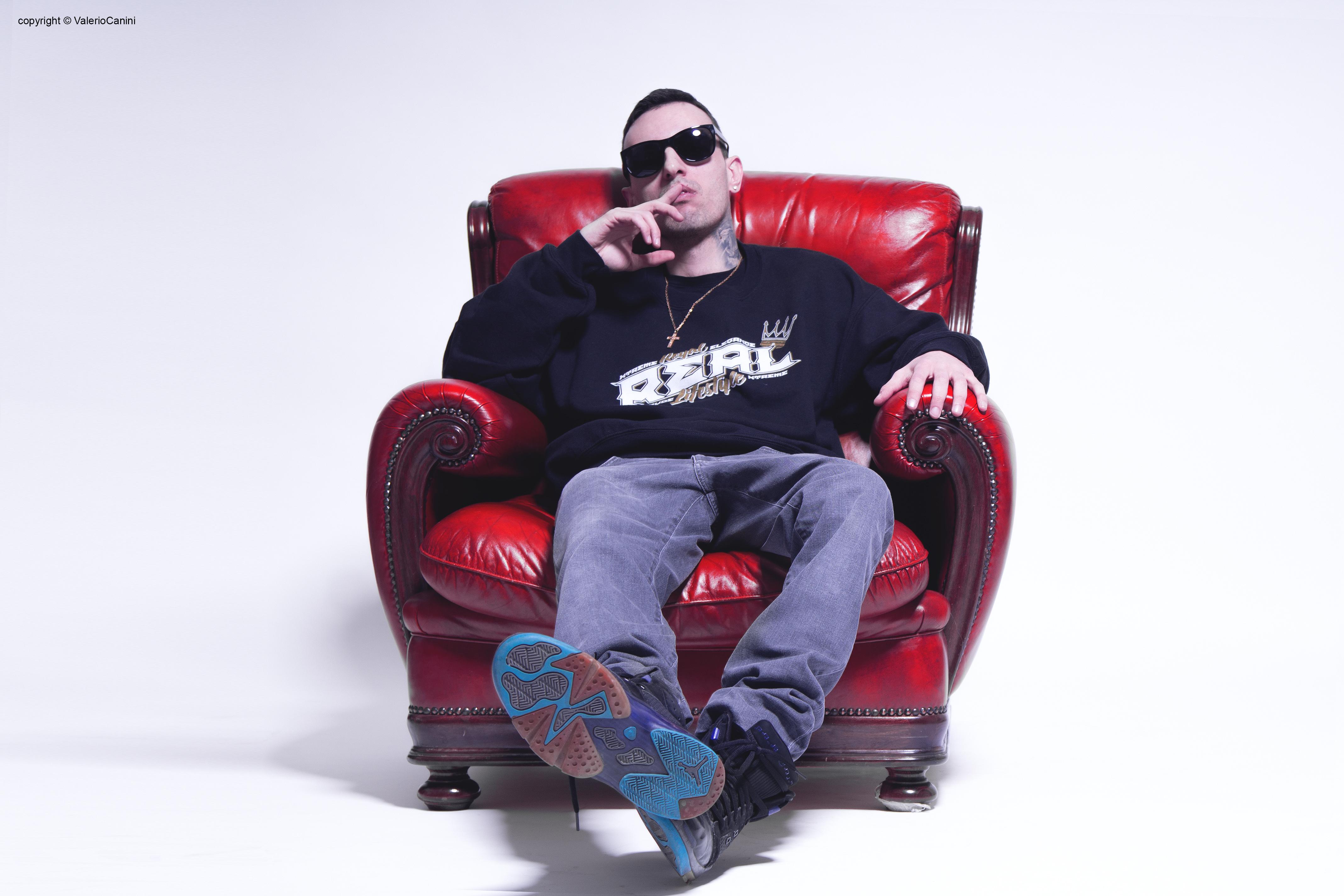 Dopo aver collaborato con molti artisti del panorama rap italiano (Fedez, J Ax, Ghemon e molti altri) il 20 aprile, in tutti i digital store e nei negozi di dischi […]