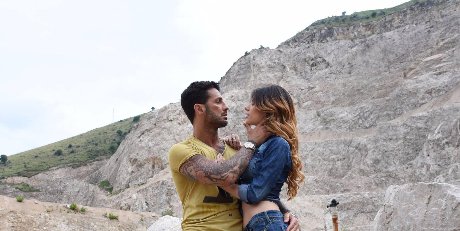 L'azienda napoletana Nsk Jeans, ha puntato su un'immagine forte e d'impatto, che rispecchia il carattere dei propri jeans. Corona rappresenta quasi una scelta obbligata, dato che l'ex paparazzo dopo le […]