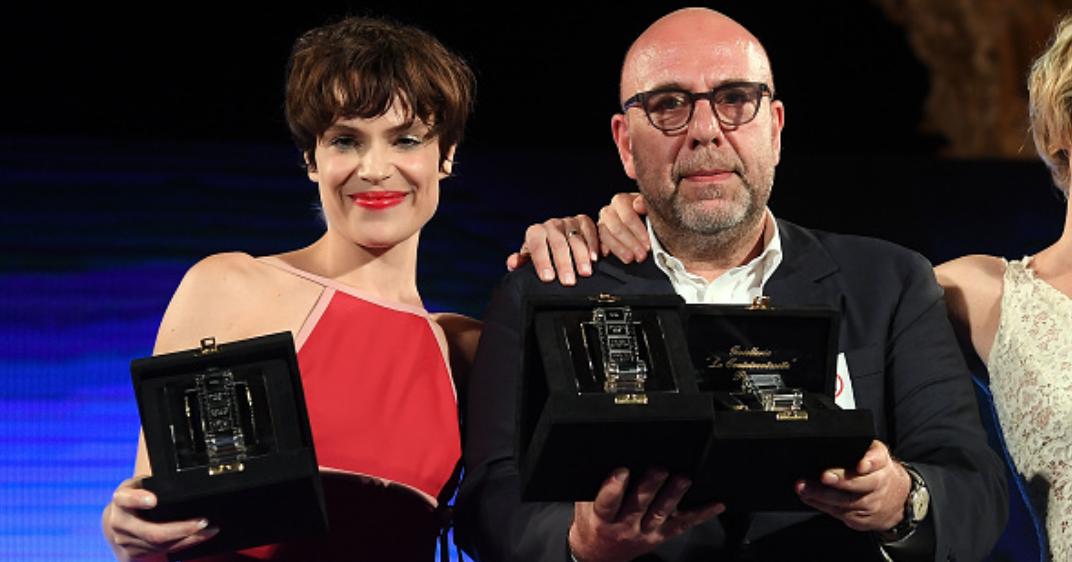 Sono stati assegnati ieri sera al Teatro Antico di Taormina i Nastri d'Argento 2016,i premidel sindacato dei giornalisti cinematografici SNGCI al cinema italiano.La cerimonia di premiazione, condotta da Matilde Gioli, […]