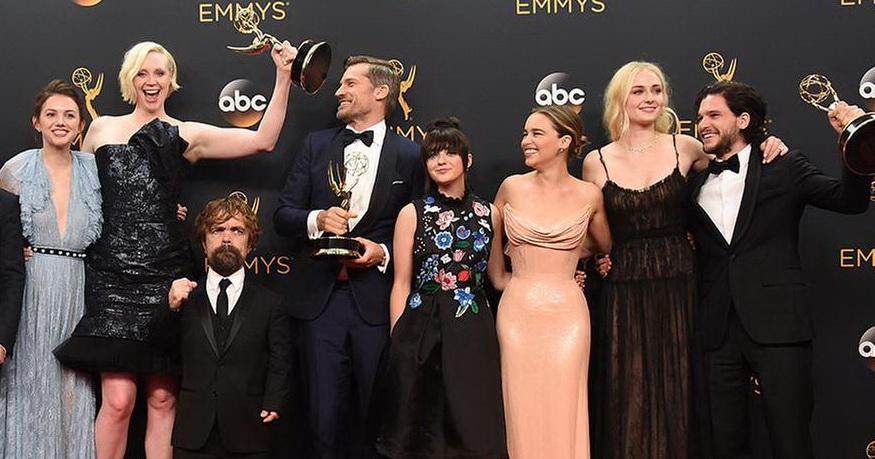 Si è da poco conclusa la cerimonia di premiazione degli Emmy Awards 2016, gli Oscar della TV americana, giunti alla 68a edizione. A presentarla dal Microsoft Theater di Los Angelesè […]