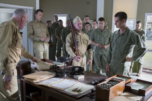 Il sergente Howell (Vince Vaughn) con i commilitoni e Desmond - Hacksaw Ridge