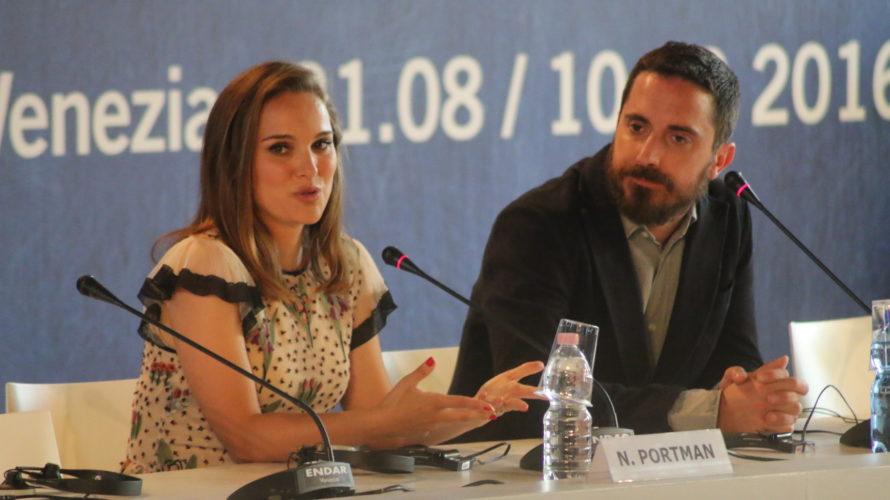 Alla Mostra del Cinema di Venezia sono sbarcati Natalie Portman e il regista Pablo Larraín per presentareil loro Jackie(leggi la recensione in anteprima), in cui l'attrice premio Oscar interpreta Jackie […]