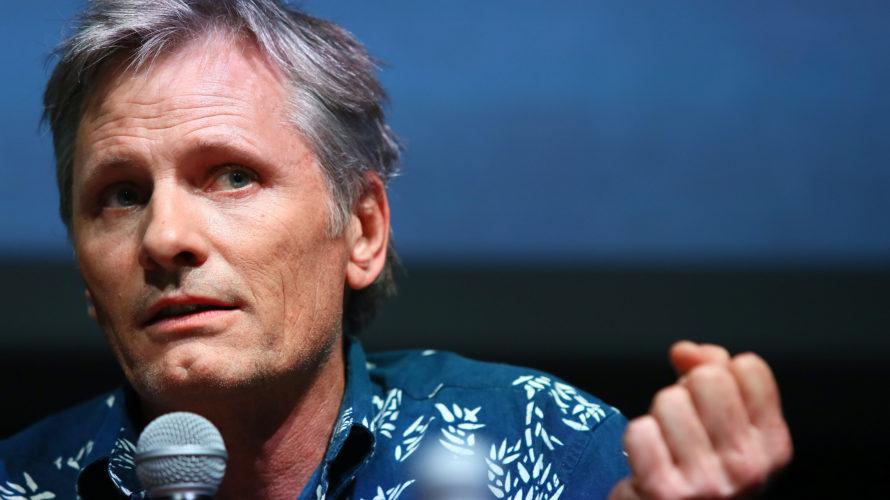 """Protagonista degli """"Incontri ravvicinati"""" con il pubblico del 17 ottobre alla Festa del Cinema di Roma è stato Viggo Mortensen, attore statunitense di origine danese, ma anche poeta, fotografo e […]"""