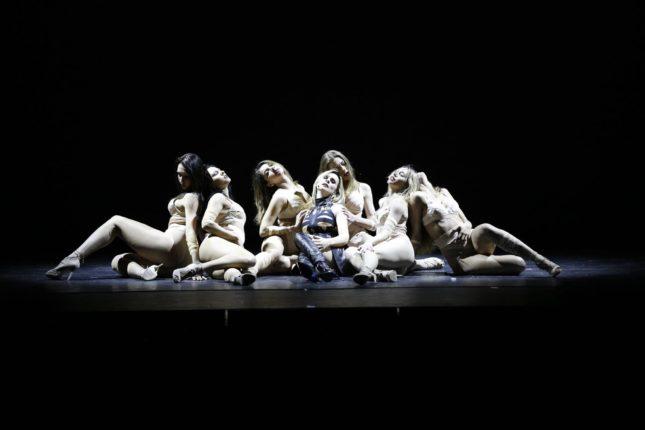 Diana & Lady D - Serena Autieri con le sei ballerine di Bill Goodson
