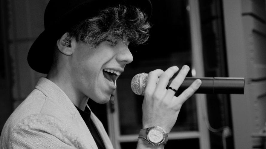 Alberto Lionetti nasce a Moncalieri (TO) il 12 Febbraio 1999, figlio d'arte di padre musicista e di genitori ballerini. A 5 anni vince la selezione per lo Zecchino d'oro e […]