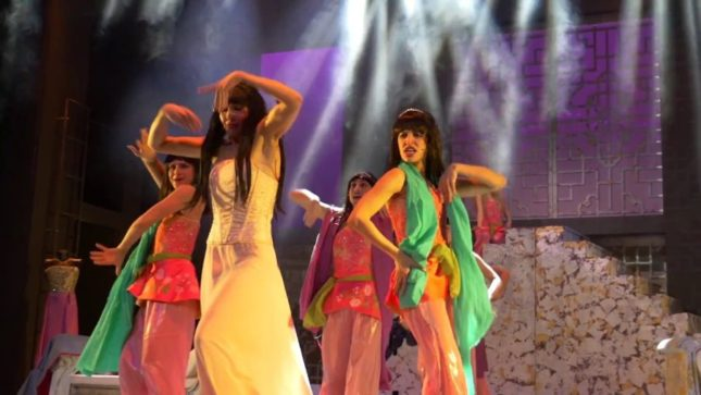 La regina di ghiaccio il musical:Turandot (Lorella Cuccarini) e le sue ancelle