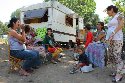 """""""Il movimento 5 stelle vorrebbe superare i campi nomadi regalando le case ai Rom. Dopo mesi di dichiarazioni circa la necessità di elaborare un piano e metterlo in pratica al […]"""
