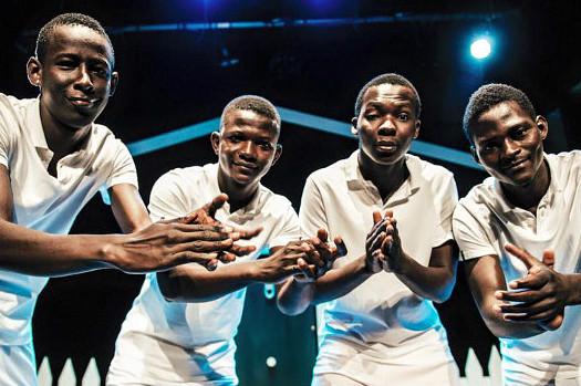 I quattro giovani malaini in una scena dello spettacolo