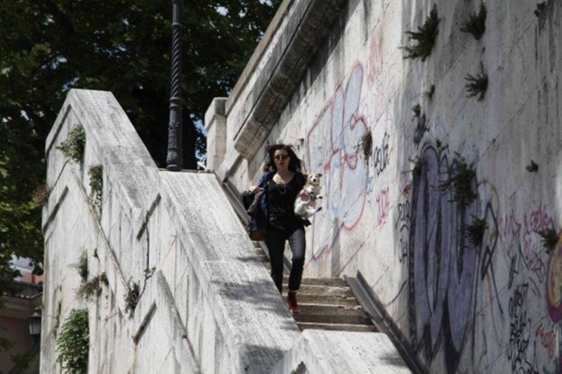 Maria per Roma: la vita frenetica di Maria (Karen Di Porto), divisa tra shooting e il lavoro da key holder