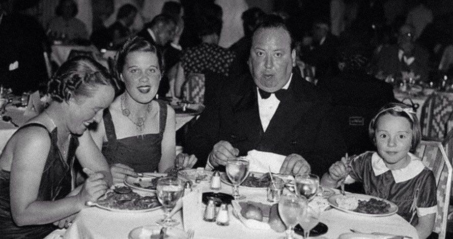 Hitchcock fin da ragazzo dimostrò una attitudine molto forte al rigore tutti i suoi biografi son concordi che il severo padre , un agiato quanto severo proprietario di negozi di […]
