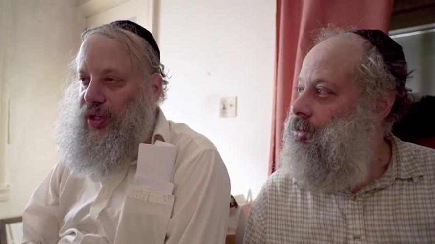 Dopo la morte dei genitori, i due gemelli ebrei ortodossi di mezza età Abraham e Shagra vivono appartati tra le mura claustrofobiche della casa di famiglia, a Brooklyn. Lontani dagli […]