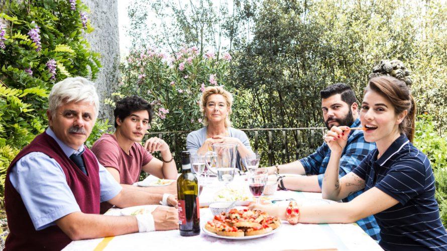 Diretto da Alessandro Genovesi e prodotto da Maurizio Totti e Alessandro Usai, arriverà nelle sale cinematografiche il 1° Marzo 2018 Puoi baciare lo sposo, distribuito da Medusa. Antonio (Cristiano Caccamo) […]