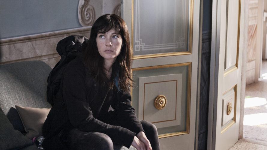 Nina (Cristiana Capotondi) si trasferisce da Milano in un piccolo paese della Lombardia, dove trova lavoro in una residenza per anziani facoltosi. Un mondo elegante, quasi fiabesco. Che cela però […]