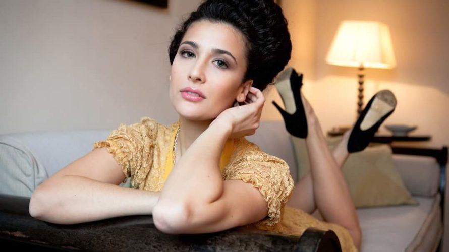 Colori mediterranei e una sensualità che la contraddistingue. Lei è Katia Greco, messinese di nascita con alle spalle, seppur giovanissima, una lunga carriera teatrale, televisiva e cinematografica. Dal 14 marzo […]