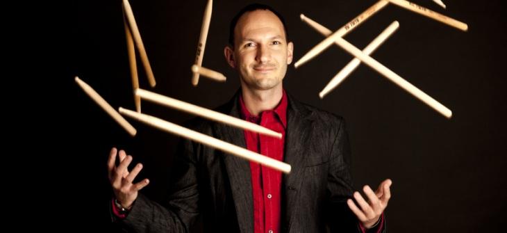 Trovare una possibile connessione tra il jazz e la tradizione musicale dell'Europa Orientale è uno dei motivi che hanno ispirato la nascita del trio del batterista ungherese Ferenc Nemeth. Nemeth […]