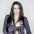 Nuovo capitolo per la cantautrice, ballerina e modella Juel, che ancora una volta mescola le carte nel tavolo musicale pubblicando un singolo che ammicca a sonorità molto più pop-rock rispetto […]