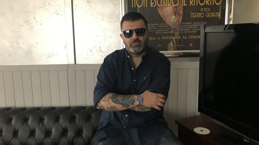 Il cineasta romano Stefano Calvagna riparte con una nuova opera. Dopo aver girato un film internazionale a Londra, con attori del calibro di Sean Cronin (Mission: Impossible – Rogue Nation, […]
