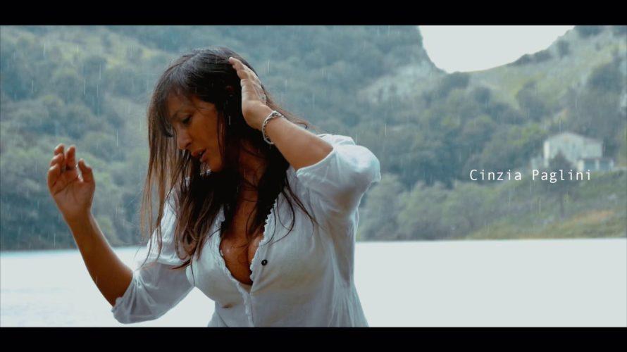 """Da pochi giorni è uscito """"Complicato Amore"""" il nuovo singolo di Cinzia Paglini, la sensualissima cantante napoletana è la protagonista di questo video musicale nel quale canta magistralmente questo brano […]"""