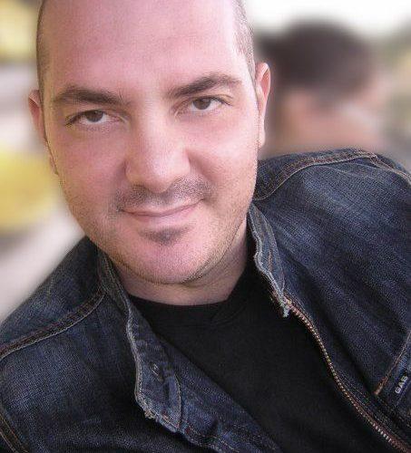 È del giornalista e scrittore Flavio Iacones la prefazione del libro L'amore in camerinodell'ex ballerino di Amici Valerio Pino, che in occasione di questo debutto come scrittore ha cambiato il […]