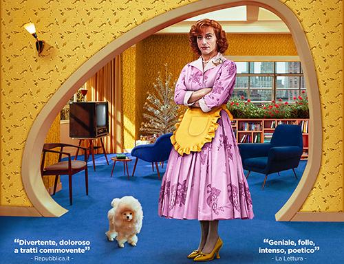 Favola ha come protagonista una classica casalinga americana degli anni Cinquanta che richiama un poco Bree Van de Kamp della serie televisivaDesperate housewives, forse per i capelli rossi, forse per […]