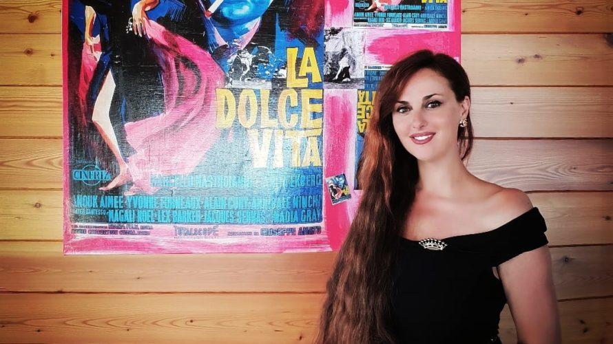 Isabelle Adriani allo Yacht Club di Porto Rotondo in Costa Smeralda per l' anteprima mondiale della sua Mostra dedicata al cinema, dal titolo: To MOVIES WITH LOVE, prima di portare […]