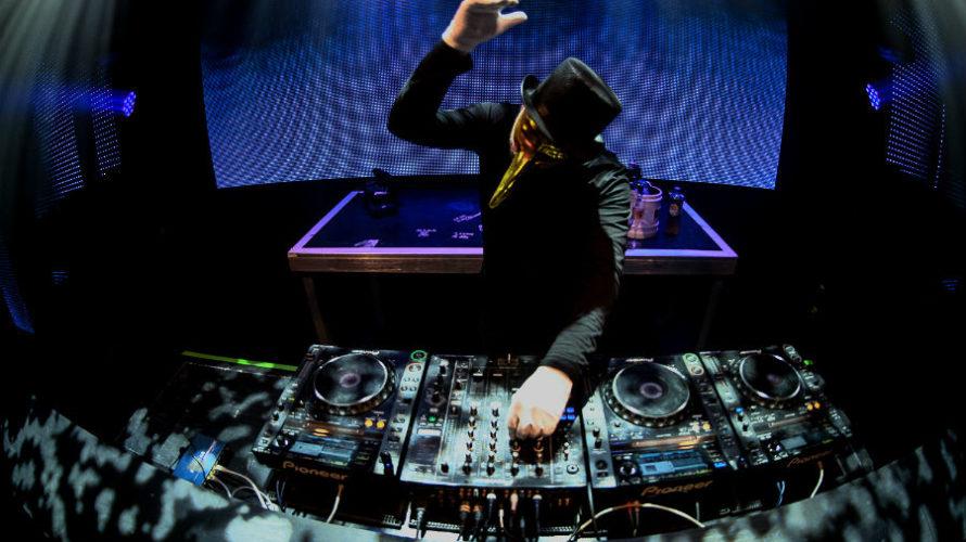 Eclettico, misterioso il giusto, forse il dj e produttore che più di tutti nel terzo millennio ha dato una nuova marcia e una nuova direzione alla house music. Questo e […]