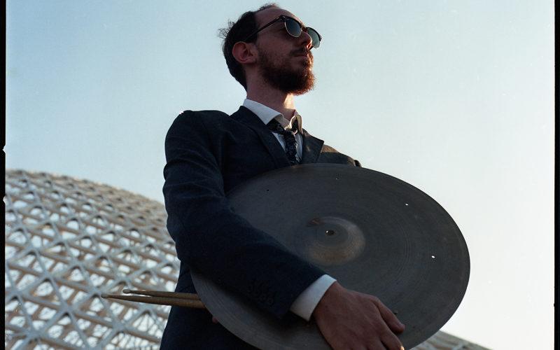 """Il progetto """"Tribute To John Taylor"""" nasce dall'idea del batterista Alessandro D'Anna dopo l'esperienza vissuta a Siena Jazz con il maestro John Taylor. Dopo diversi anni il batterista trova per […]"""