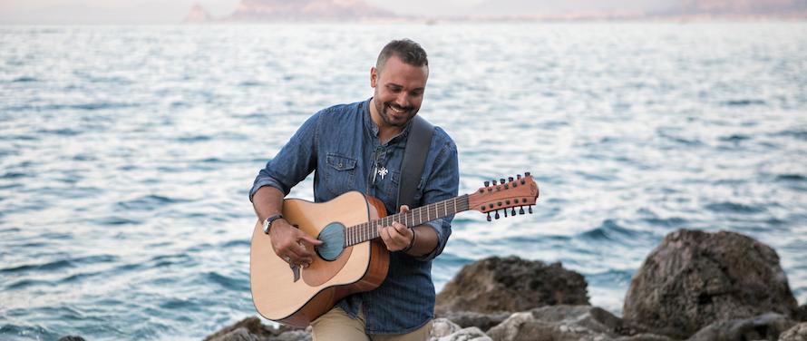 """Nuovo disco per il cantautore siciliano Andrea Gioè. Lo avevamo incontrato in occasione del lancio di una ballad dance assai anni '90 dal titolo """"Balla amore"""" di cui vi riproponiamo […]"""