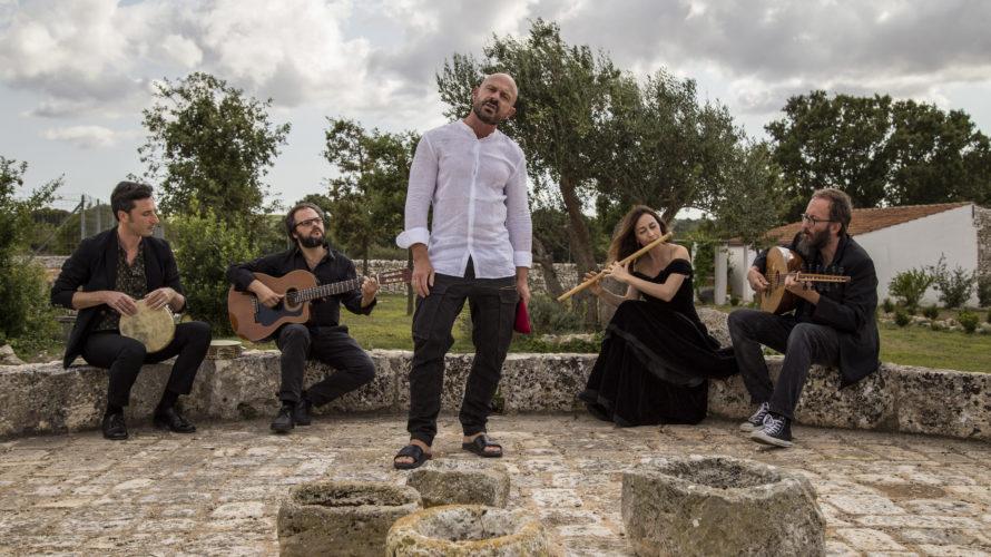IN USCITA IL DOMENICA 7 OTTOBRE Prodotto da Arealive con il contributo di Puglia Sounds, il nuovo album di Raiz & Radicanto esce il 7 ottobre – anticipato dal singolo […]