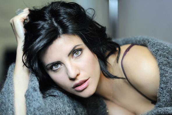 Classe '86, sguardo profondo e una bellezza che lascia il segno. Lei è Jennifer Mischiati, attrice talentuosa di Roma con alle spalle già numerosi lavori. Inizia la sua carriera a […]
