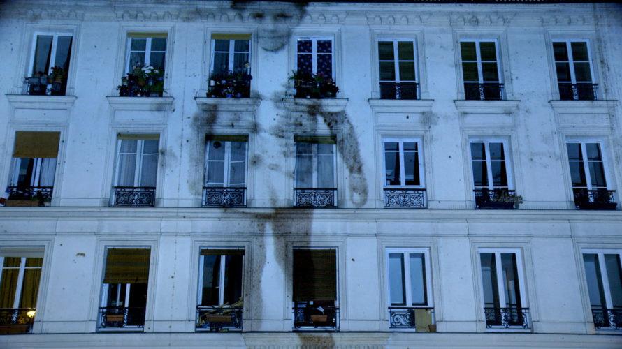Un palazzo e un cortile nella periferia di Parigi in Rue Saint-Maur 209. I volti di vecchi inquilini che si susseguono immensi sullo schermo e, diventati ormai anziani, raccontato la […]