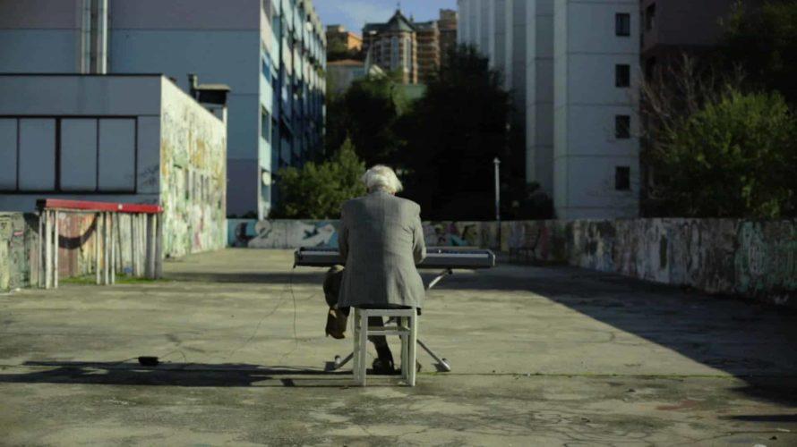 Plinio, un vecchio pianista schiavo dell'ipocondria, non vuole più uscire di casa. Roberto cerca a fatica di tornare a una vita normale dopo un grave ictus. Maurizio affronta i difficili […]