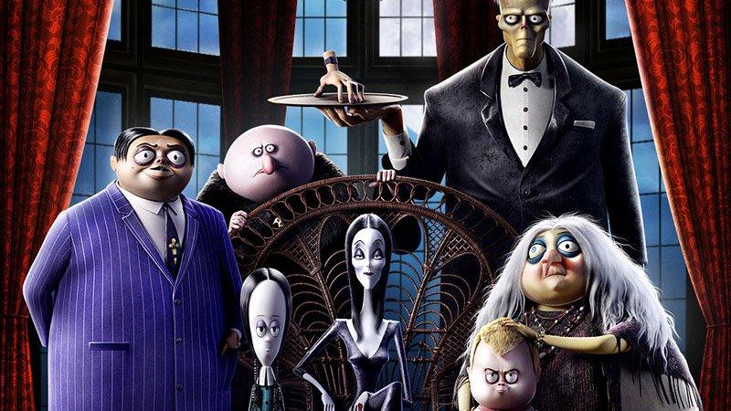 """La famiglia Addams deve affrontare Margaux Needler, una subdola conduttrice di reality televisivi """"consumata dal desiderio dell'assoluta perfezione color pastello della vita suburbana"""". Ciò accade mentre gli Addams si apprestano […]"""
