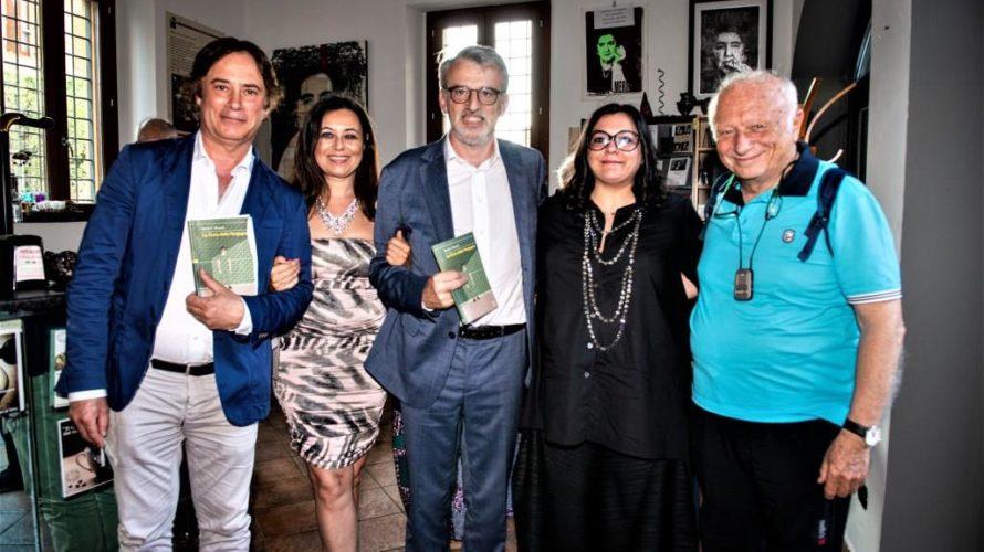"""Marilù S. Manzini scrittrice di successo, pittrice, scultrice, fotografa, giornalista e recentemente regista di un film, in uscita nei prossimi mesi, tratto da un suo noto libro: """"Il Quaderno Nero […]"""