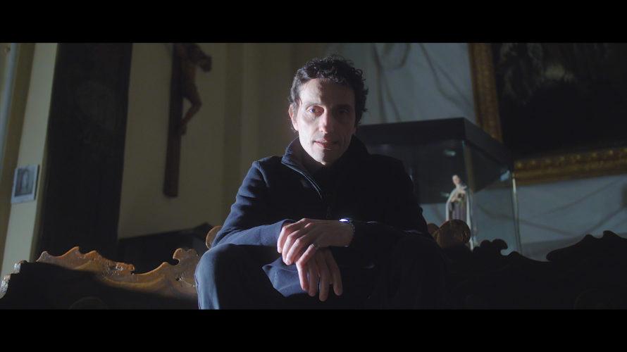 """Parliamo di Alessandro """"GOMMA"""" Antolini. Parliamo di AGA… lui, batterista in forza ad altri progetti che sembrano lontani sempre dalla sua non-forma concettuale di musica. Forse per questo che egli […]"""
