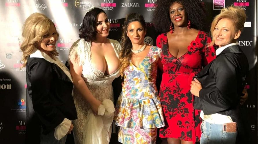 Milano 19 settembre 2019, la stilista Pasquy Altieri vincitrice del premio Assomoda, apre la sesta edizione del Mad Mood al Milano Fashion Week 2019. Nella foto: Marianna Miceli, Valeria Marini […]