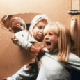 Circolato in videocassetta negli anni Novanta, curiosamente, con il titolo The brood – La setta, è il lungometraggio tramite cui il canadese David Cronenberg cominciò ad allontanarsi nel 1979 dalle […]