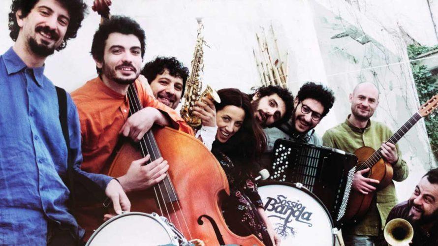 Festeggiano 10 anni di carriera i musici della Sossio Banda di Francesco Sossio Sacchetti. E l'occasione è ottima per pubblicare un nuovo disco che in se raccolga, a mio parere, […]