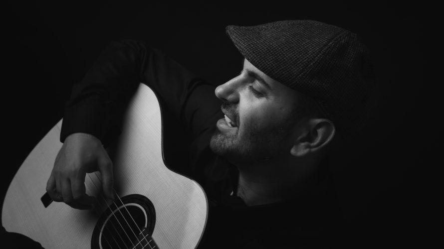 Lavoro di grandissimo cuore quello che arriva pensando al suono di Giacomo Deiana, chitarrista, cantautore sardo ma anche, mi si passi il termine, collettore emotivo. Non-vedente da giovanissima età, sarà […]