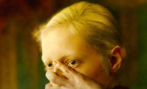 L'enfant prodige del cinema russo Kantemir Balagov, allievo dell'erudito ed estroso conterraneo Aleksandr Sokurov, sembra voglia campare di rendita sul fulgido carattere d'ingegno creativo palesato nell'arguto film d'esordio Tesnota. L'impasse […]