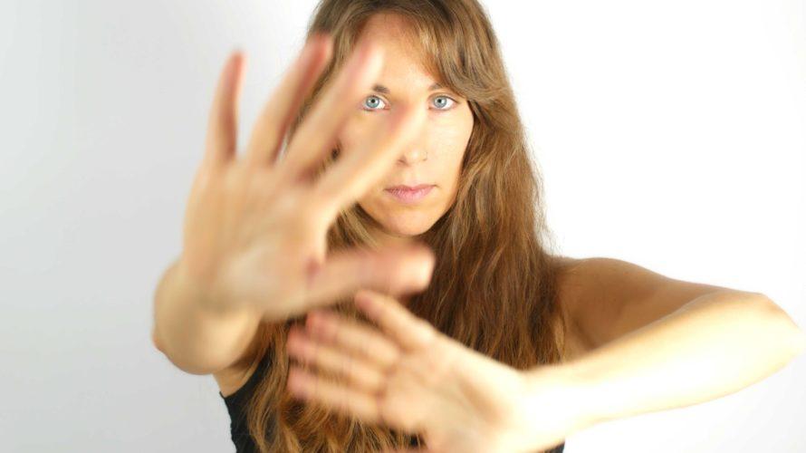 Anna Luppiè una cantante, compositrice e flautista. Nelle sue canzoni fonde con gusto sonorità pop cantautorali, accenni etnici e atmosfere folk. Il 24 gennaio è uscito il suo nuovo singolo […]